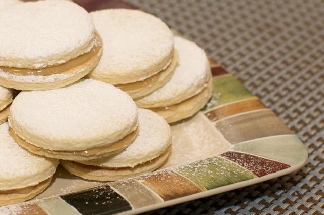 Alfajores (dulce de leche filled shortbread sandwich cookies ...